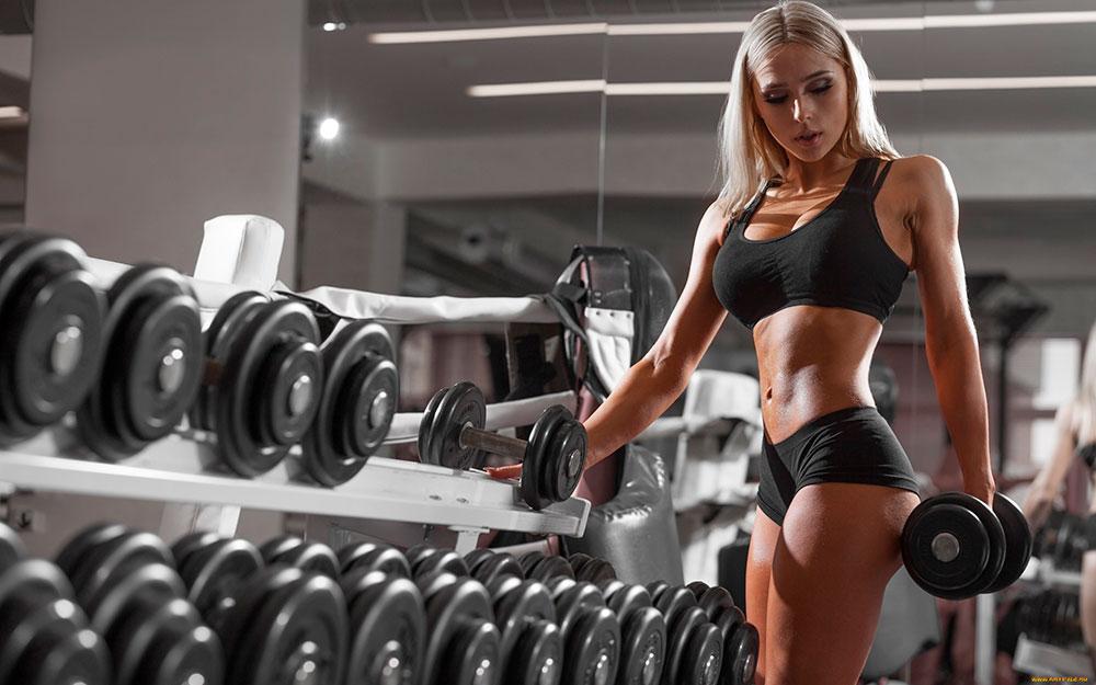 Спортивная девушка в спортзале