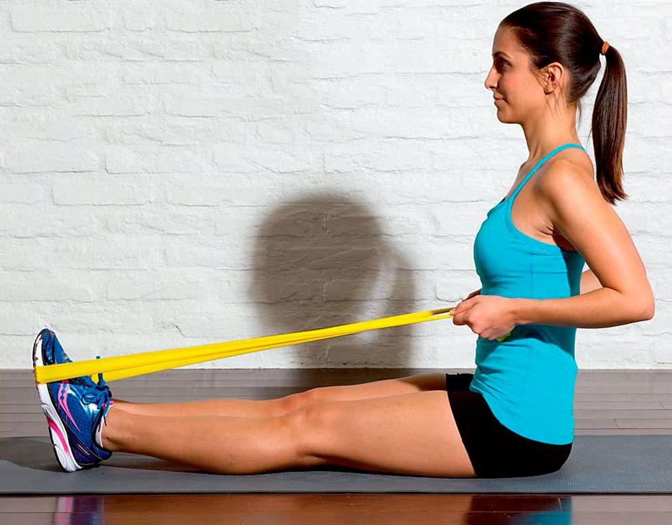 Упражнение с резинкой сидя